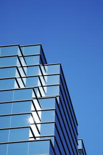 ビル壁面の反射エコガラスのイラスト素材 [FYI04239867]