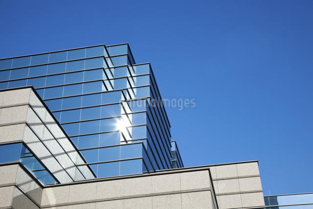 ビル壁面の反射エコガラスのイラスト素材 [FYI04239869]