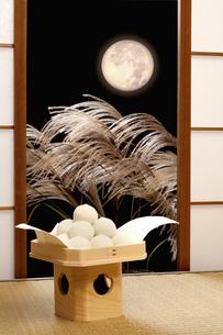 月見団子と満月のイラスト素材 [FYI04239877]