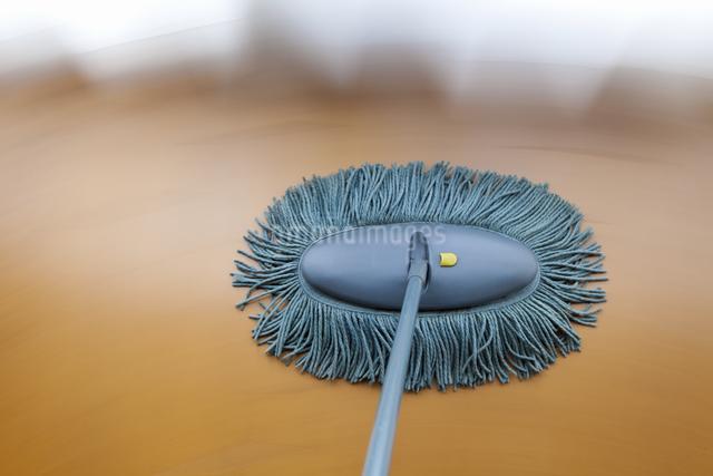 床掃除モップがけの流し撮りのイラスト素材 [FYI04239981]