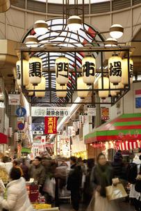 年末で賑わう大阪黒門市場のイラスト素材 [FYI04240045]