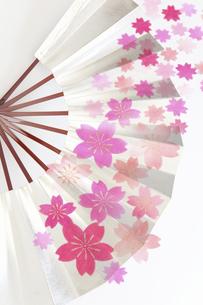 扇子と桜和紙のテクスチャのイラスト素材 [FYI04240251]