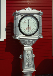 赤い壁の前に置かれた25セントで遊ぶ計量器の写真素材 [FYI04240886]
