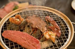 七輪の焼き肉の写真素材 [FYI04241009]