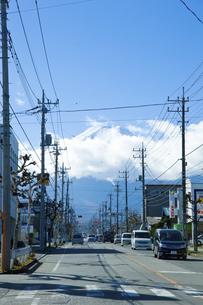 市街から望む富士山のイラスト素材 [FYI04241147]
