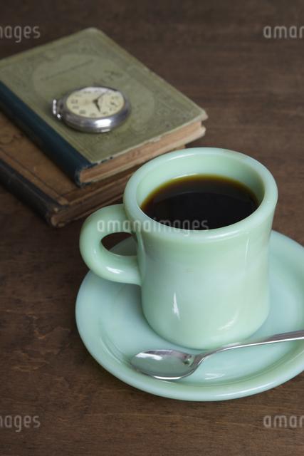 コーヒーと本と懐中時計の写真素材 [FYI04241573]