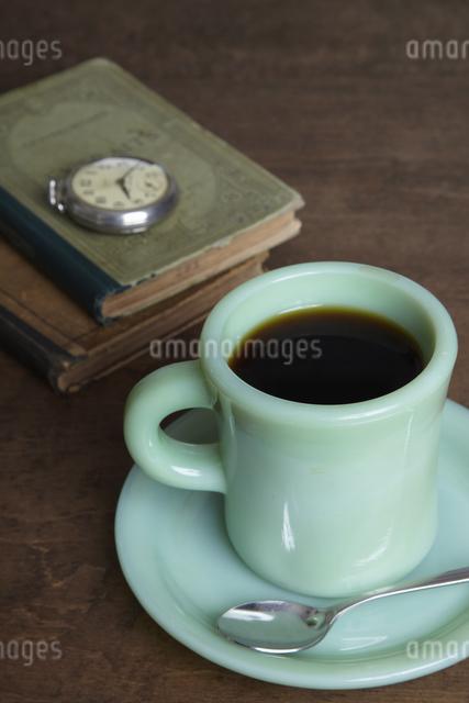 コーヒーと本と懐中時計の写真素材 [FYI04241574]
