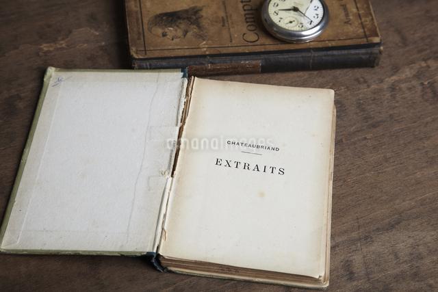 レトロな本と懐中時計の写真素材 [FYI04241578]