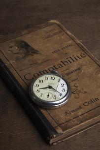 本と懐中時計の写真素材 [FYI04241582]