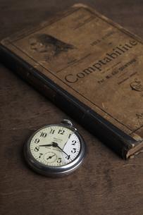 本と懐中時計の写真素材 [FYI04241583]
