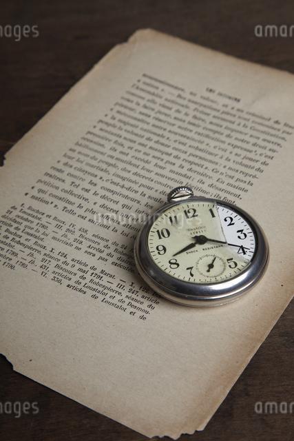 レトロな懐中時計とメモの写真素材 [FYI04241585]