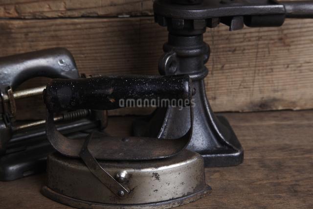 レトロなアイロンと小物の写真素材 [FYI04241630]