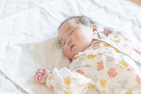 明るい部屋の中でぐっすりと眠るかわいい赤ちゃんの写真素材 [FYI04243266]