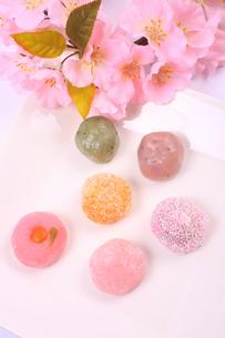 彩とりどりの和菓子と桜の写真素材 [FYI04244303]