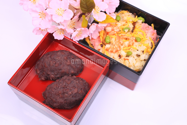 お重箱に入ったおはぎとチラシ寿司と桜の写真素材 [FYI04244414]