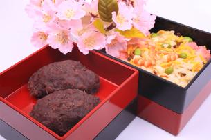 お重箱に入ったおはぎとチラシ寿司と桜の写真素材 [FYI04244415]
