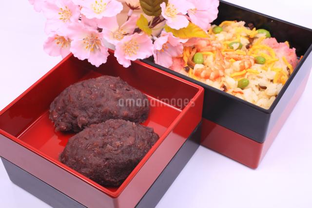 お重箱に入ったおはぎとチラシ寿司と桜の写真素材 [FYI04244417]