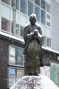 雪の行基像の写真素材 [FYI04244583]