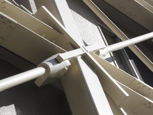 ビルの耐震補強の鉄骨の写真素材 [FYI04245023]