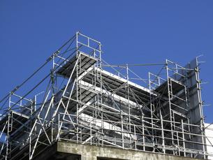 ビル改修工事の足場と青空の写真素材 [FYI04245050]
