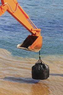 海岸工事の建設機械の写真素材 [FYI04245190]