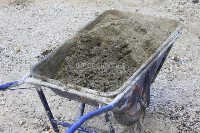道路工事の一輪車の写真素材 [FYI04245320]