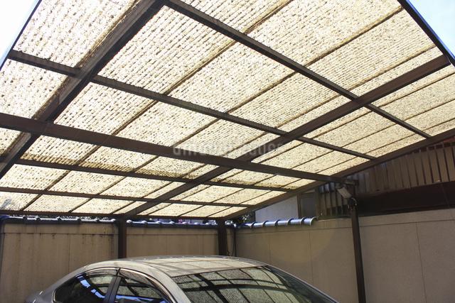 古くなったカーポートの屋根の写真素材 [FYI04245395]