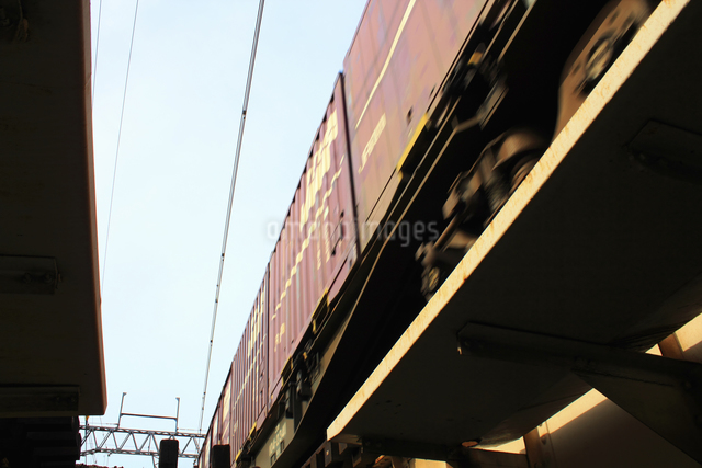 鉄橋を渡る貨物列車の写真素材 [FYI04245483]