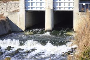 川に流される工場の廃水の写真素材 [FYI04245676]