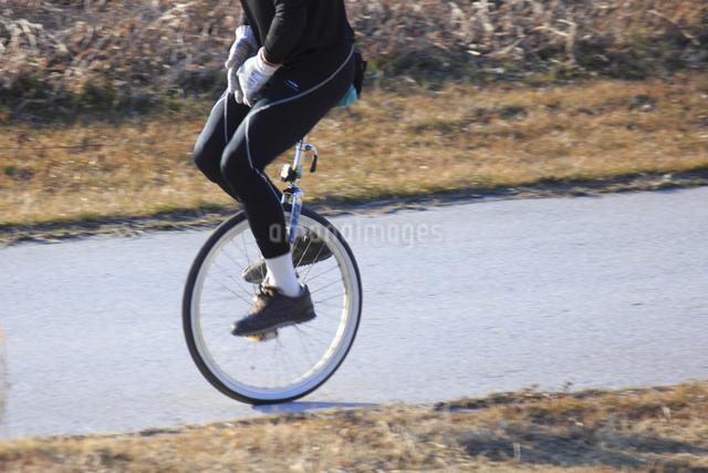 一輪車に乗る男性の写真素材 [FYI04245708]
