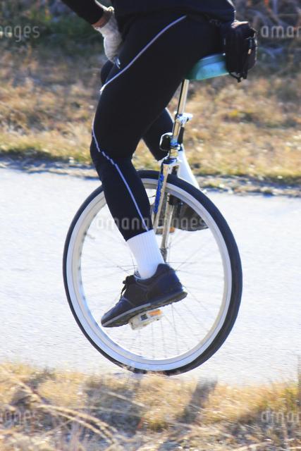一輪車に乗る男性の写真素材 [FYI04245709]
