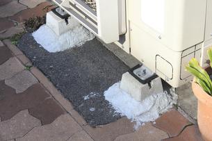 公道の不法占拠のエアコンの写真素材 [FYI04245908]
