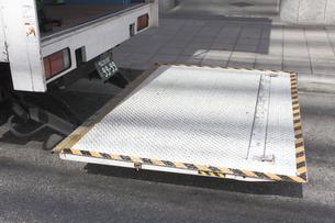 引越しトラックの荷揚げリフトの写真素材 [FYI04245984]