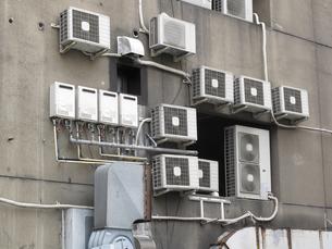 ビル壁面に設置したエアコン室外機の写真素材 [FYI04246063]