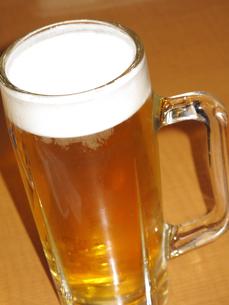 ジョッキに入った生ビールの写真素材 [FYI04246064]