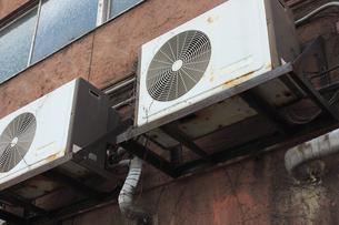 古いエアコンの室外機の写真素材 [FYI04246117]