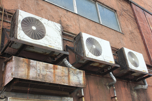 古いエアコンの室外機の写真素材 [FYI04246119]