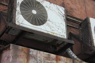 古いエアコンの室外機の写真素材 [FYI04246120]