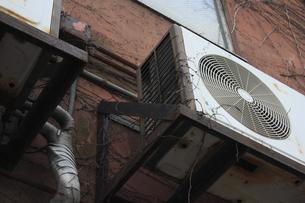 古いエアコンの室外機の写真素材 [FYI04246122]