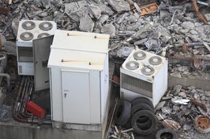 倉庫の解体作業の残骸のイラスト素材 [FYI04246221]