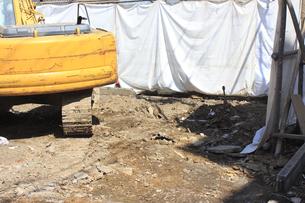 住宅の解体工事の重機の写真素材 [FYI04246309]