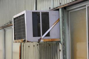旧型のエアコン室外機のイラスト素材 [FYI04246353]