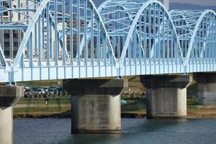 淀川の架けられた水道送水管の鉄橋のイラスト素材 [FYI04246697]