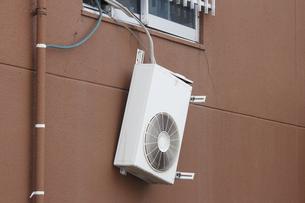 外れたエアコン室外機の写真素材 [FYI04246713]