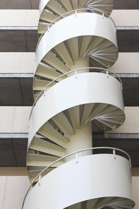 マンションの螺旋階段の写真素材 [FYI04247047]