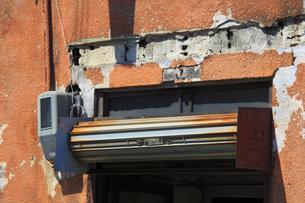 錆びたエアコンの室外機の写真素材 [FYI04247170]