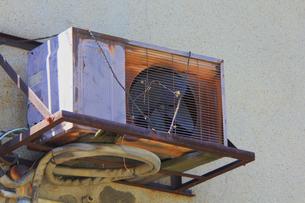 錆びたエアコンの室外機の写真素材 [FYI04247173]