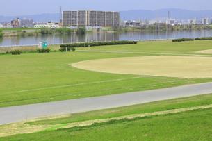淀川の河川敷公園の野球場の写真素材 [FYI04247663]