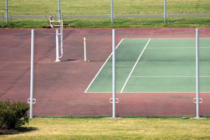 淀川の河川敷公園のテニスコートの写真素材 [FYI04247666]