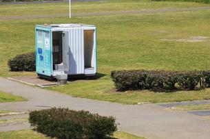 河川敷公園の移動式トイレの写真素材 [FYI04247672]